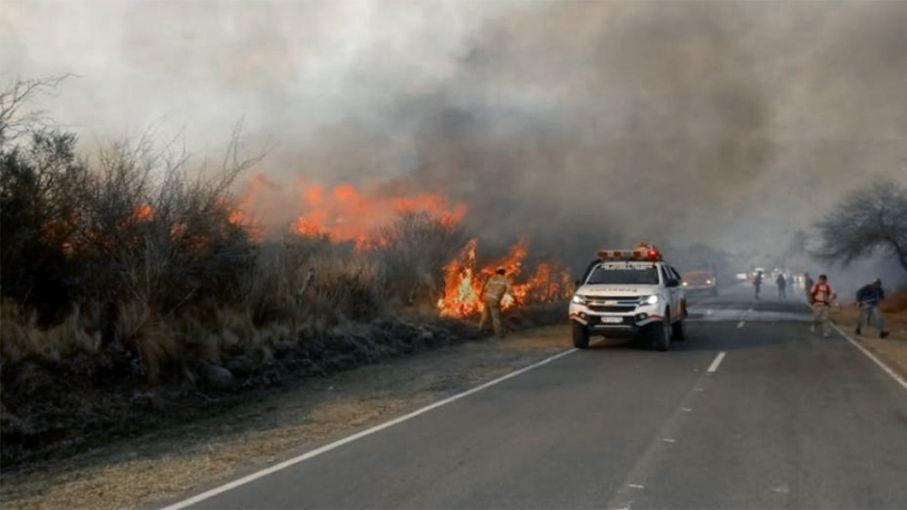Bomberos continúan con el combate del fuego en dos zonas forestales del norte cordobés